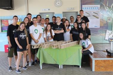 Desafio do dia: construir uma ponte com palitos de picolé