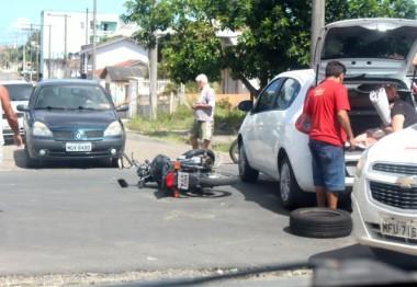 Carro e motocicleta colidem no Bairro Jardim Elizabete