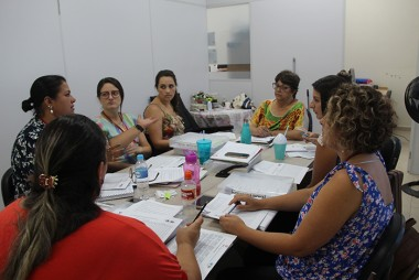Orientadoras recebem orientações da coordenação do Serviço de Convivência