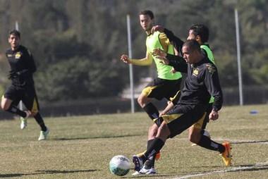 Jogadores participam de atividade física no CT do Tigre