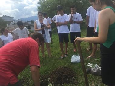 """Escola Sílvio Ferraro participa do projeto """"plantar e cuidar"""""""