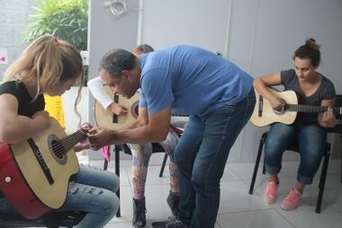Rincão proporciona aulas de violão gratuita