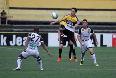 Criciúma é derrotado pelo Ceará no estádio Heriberto Hülse