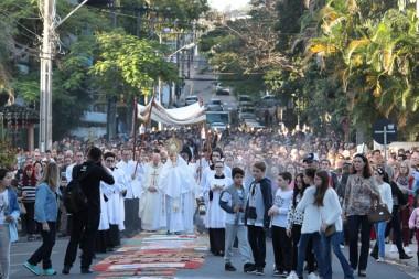 Fé na Eucaristia e gestos solidários na Festa de Corpus Christi