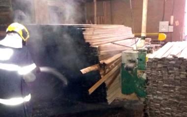 Incêndio em madeireira é controlado no Poço Oito