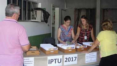Carnês de IPTU começam a ser retirados na prefeitura