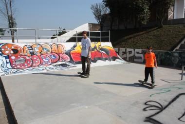 Skatistas de várias idades usam a pista de skate