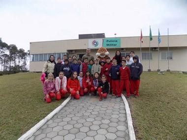 Estudantes da Escola Maria Arlete visitam quartel da PM