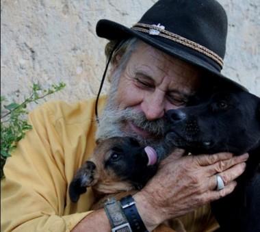 Bazar pretende arrecadar recursos para seu João dos Cachorros