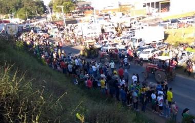Manifestantes ocupam Anel Viário no bairro Presidente Vargas