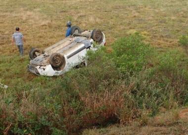 Condutora perde o controle da direção e capota