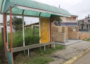 Iniciam obras de construção de paradas de ônibus em Maracajá