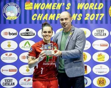 Egressa da Unesc conquista o título mundial de futsal