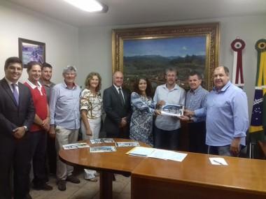 Projeto da Rua Coberta é entregue ao prefeito Frigo