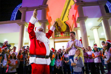 Içara recebe Papai Noel e ilumina área central com luzes de Natal