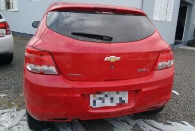 PM de Araranguá prende mulher e apreende veículo clonado