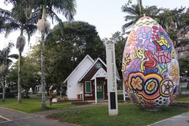 Moradores de Forquilhinha ganham ovo de seis metros na decoração de Páscoa