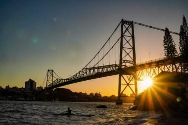 Ponte Hercílio Luz completa 95 anos e tráfego de carros é liberado nos dias de semana
