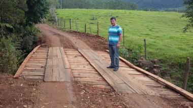 Ponte é reconstruída em Pinheirinho Alto