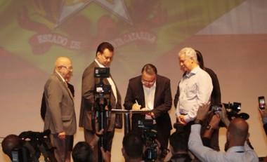 Assinatura autoriza a migração de rádios AM para FM em SC