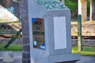 Praça da Juventude tem monumento e estrutura pichada