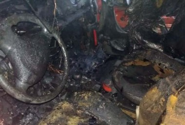 Veículo pega fogo em residência em PV