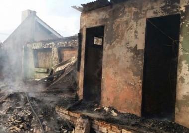 Incêndio deixa casa destruída  na Lagoa do Jacaré em Rincão