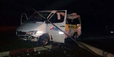 Van derruba transformador em colisão contra poste em Vila Nova