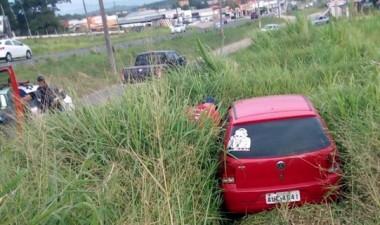 Motorista invade vegetação na SC-445