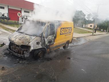 Van dos Correios pega fogo no Centro de Içara