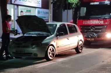 Princípio de incêndio é atendido em veículo na Rua Marcos Rovaris