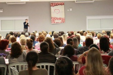 """Encontro """"Estar bem, ser feliz"""" reúne 600 mulheres em Içara"""