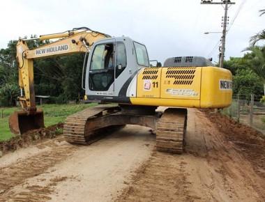 Retomada obras de pavimentação em via na comunidade de Santa Cruz