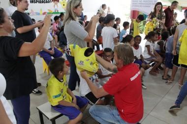 """Crianças do projeto """"Pé na Bola, Cabeça na Escola"""" recebem uniformes"""