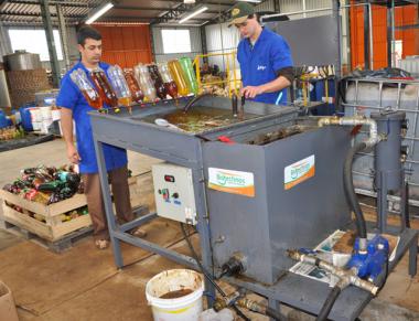 Projeto de educação ambiental coleta 3.017 litros de óleo de cozinha