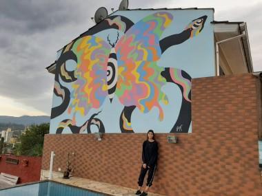 Ex-aluna da Satc pinta desenho medindo 5 metros em parede de Siderópolis