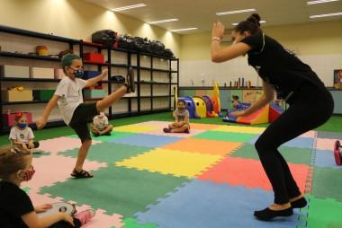 Aulas de capoeira estimulam desenvolvimento infantil no Colégio Satc