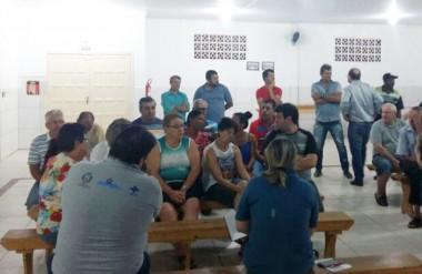 Equipe da Secretaria de Saúde se reúne com a comunidade