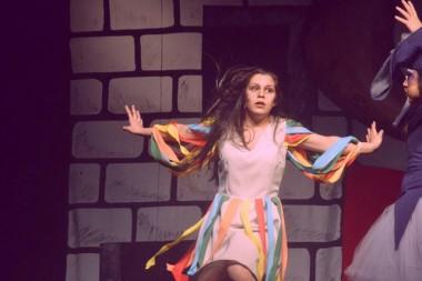 Cia de Teatro Unisul transforma a vida de atriz de 18 anos