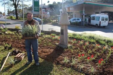 Flores são plantadas nos trevos de acesso a Urussanga