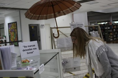 Livros danificados por mau uso são expostos na Biblioteca da Unesc