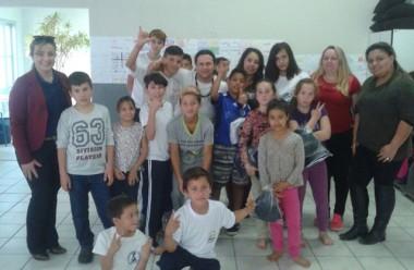 Crianças e adolescentes do SCFV recebem uniformes