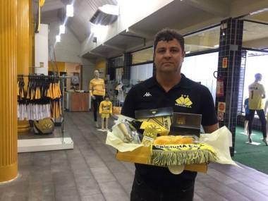 Sócio do Criciúma recebe kit de produtos sorteados