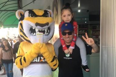 Mascote do Criciúma visita as lotéricas do Rio Maina