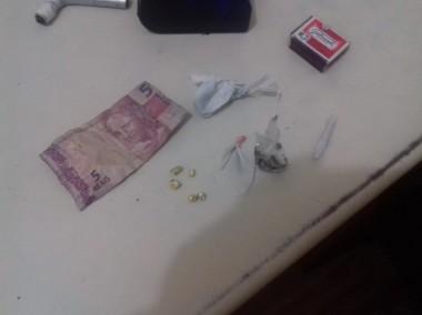 Polícia Militar de Araranguá prende mulher por tráfico de drogas