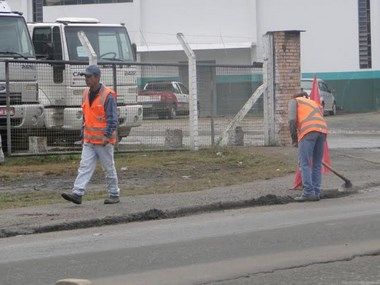 Urussanga realiza limpeza as margens da SC 108 no perímetro urbano