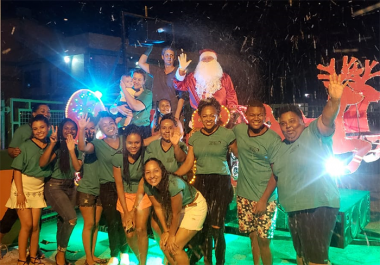 Papai Noel visita comunidade levando encanto e animação