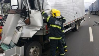 Colisão entre caminhões resulta em morte em Içara (SC)