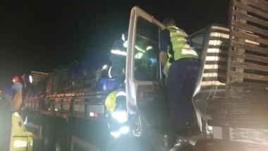 Colisão entre dois caminhões na BR-101 deixa motorista ferido