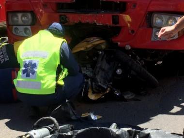 Motociclista morre em colisão violenta contra caminhão na SC-445